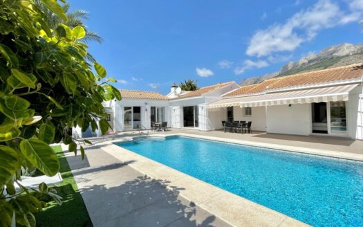 Beautiful Villa with private garden and pool, located in a privileged area of Altea Hills!